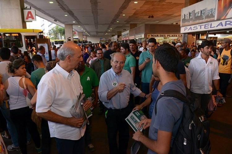 17.out.2014 - Acompanhado do ex-governador do DF José Roberto Arruda (PR), o candidato Jofran Frejat (PR) realiza caminhada pelos terminais rodoviários do Estado