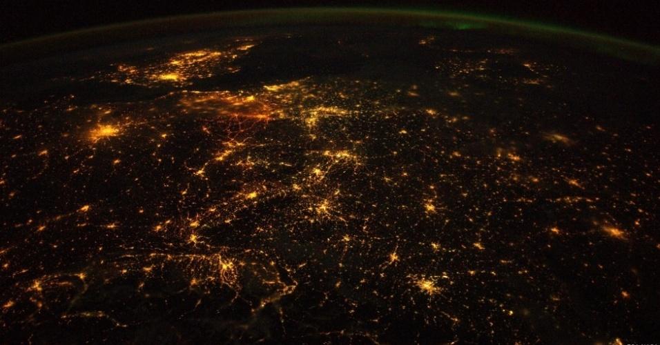 17.out.2014 - É assim que a Europa fica à noite quando é vista a partir da Estação Espacial Internacional