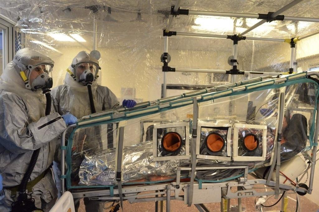 17.out.2014 - Israel realiza simulação de tratamento de paciente infectado pelo vírus ebola no centro médico de Sheba, em Tel Aviv