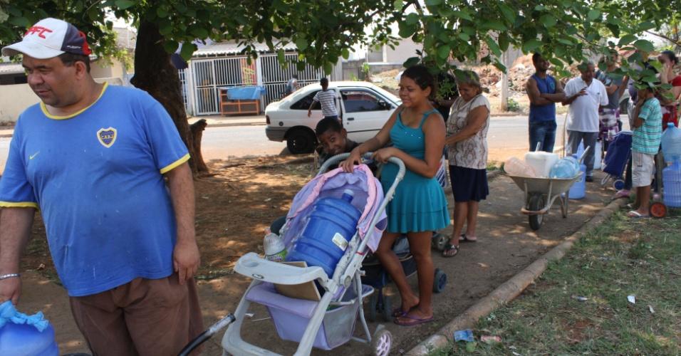 17.out.2014 - Moradores fazem fila para pegar água em mina no bairro Maria Antônia, em Sumaré, no interior de São Paulo. Eles dizem que o fornecimento de água na região ocorre apenas três vezes por semana