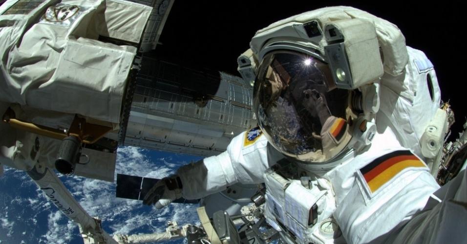 17.out.2014 - Nem mesmo Gerst resistiu a tirar uma selfie em uma de suas caminhadas no espaço