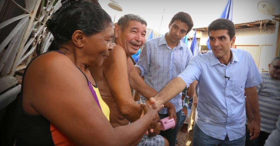 17.out.2014 - O candidato ao governo do Pará pelo PMDB, Helder Barbalho, cumprimenta moradores de Curió Utingas durante caminhada pelo bairro