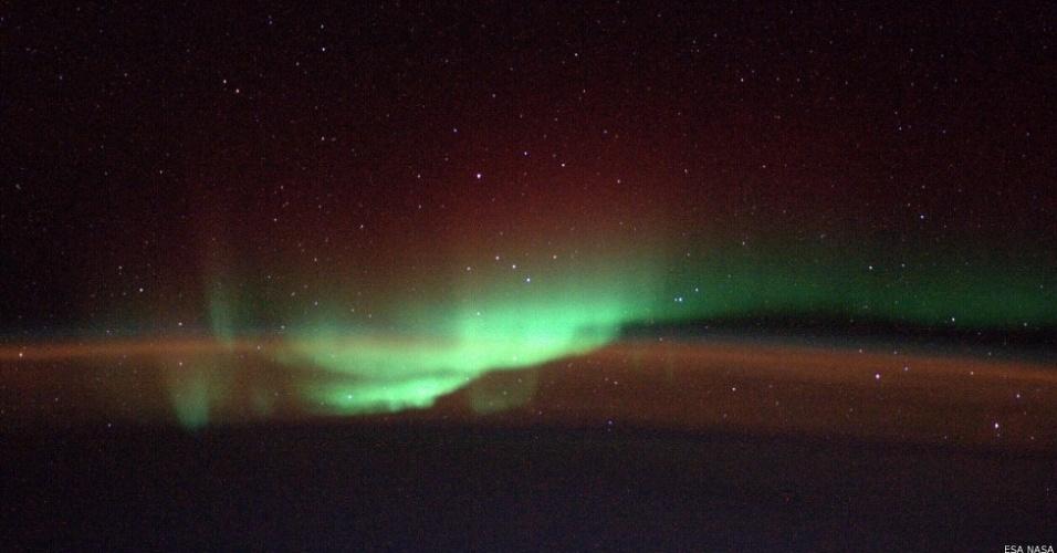 17.out.2014 - O geofísico alemão Alexander Gerst está em meio a uma missão de seis meses na Estação Espacial Internacional e dedica parte de suas horas de folga a registrar nosso mundo desde uma perspectiva única. Acima, uma aurora boreal vista desde o espaço