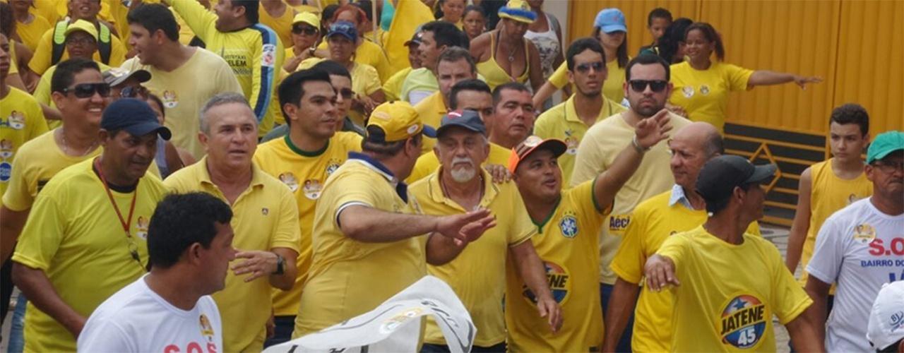 17.out.2014 - O governador e candidato à reeleição pelo PSDB, Simão Jatene, participa de caminhada com partidários no bairro Marco, em Belém