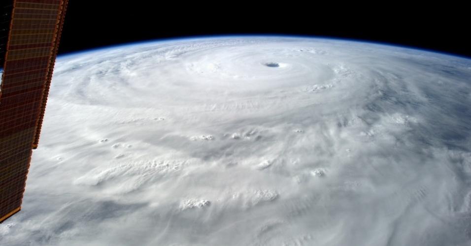"""17.out.2014 - """"O olho deste furacão tem 80 km de largura. Parece bastante escuro lá dentro"""", escreveu Gerst"""
