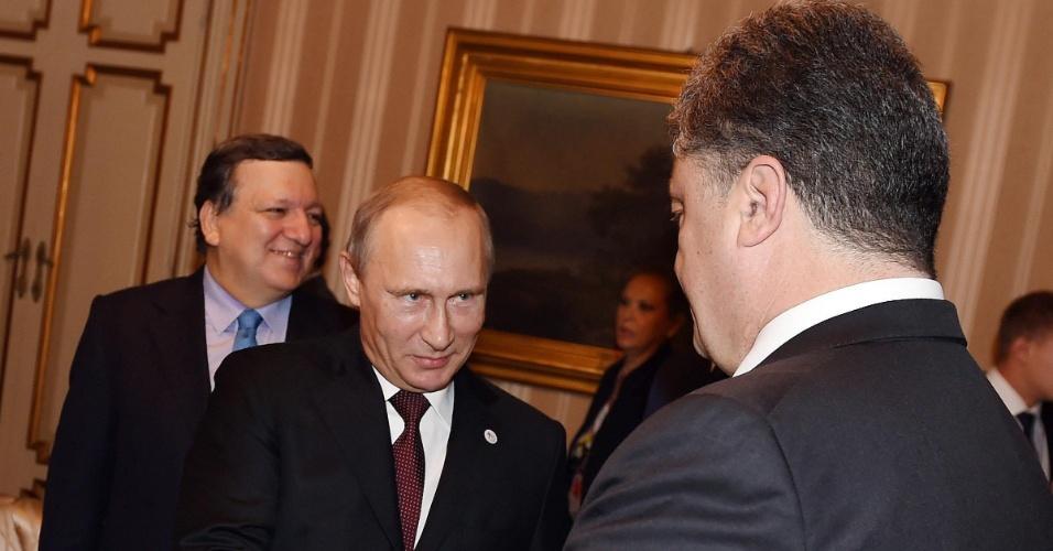 17.out.2014 - O presidente russo, Vladimir Putin, cumprimenta o mandatário ucraniano, Petro Poroshenko, em reunião realizada durante a cúpula Ásia-Europa para resolver a crise ucraniana, em Milão (Itália), nesta sexta-feira (17)