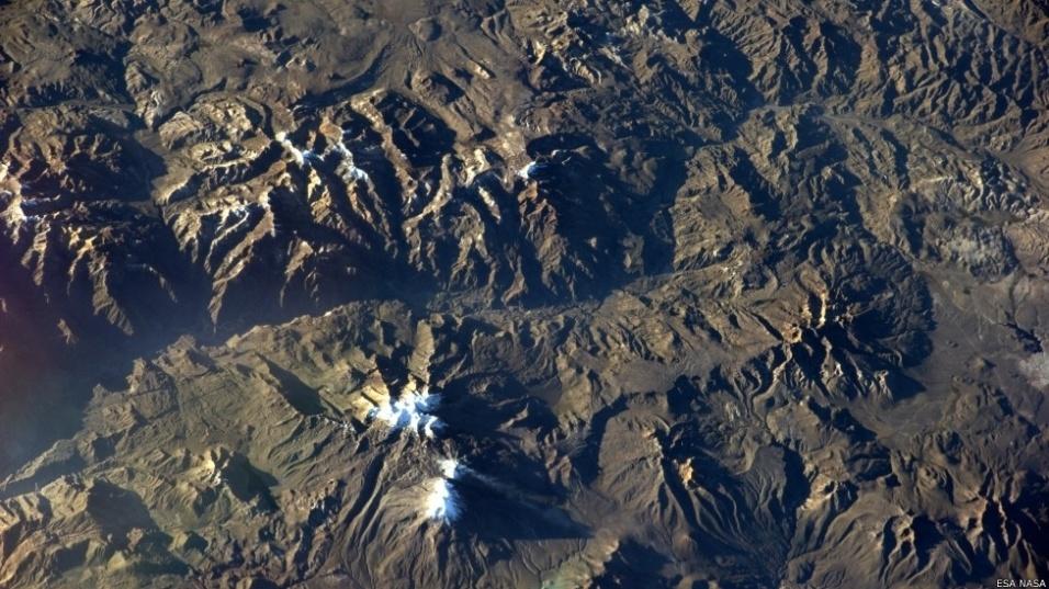 17.out.2014 - Um astronauta da Agência Espacial Europeia (ESA, na sigla inglesa) vem criando uma bela coleção online de imagens da Terra tiradas a partir do espaço. Acima, um registro de vulcões no deserto do Atacama, no Chile