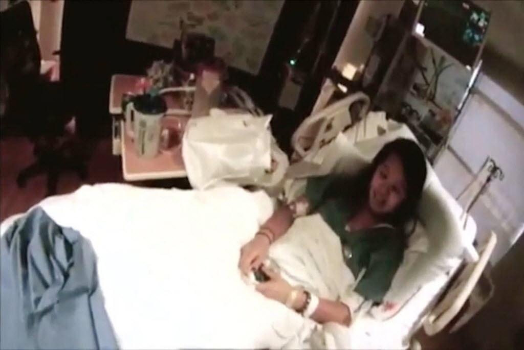 17.out.2014 - Um vídeo divulgado nesta sexta-feira (17) na internet mostrou a primeira enfermeira infectada com o vírus ebola nos Estados Unidos lúcida e sorridente. O vídeo, que tem apenas 56 segundos e foi gravado no hospital Presbiteriano de Dallas, no Texas, mostra uma conversa entre a paciente e um médico