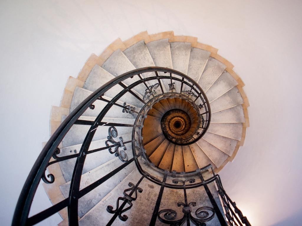 cee04244979 escada-caracol-leva-a-torre-do-relogio-da-basilica-de-santo-estevao-a-maior-igreja-de-budapeste-na-hungria-a-construcao-abriga-a-mao-mumificada-do-primeiro-  ...