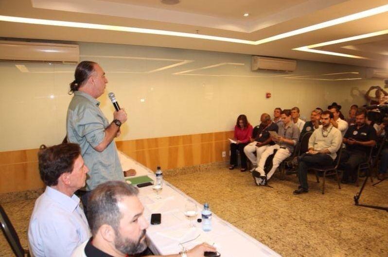 18.out.2014 - Marcelo Crivella (PRB), candidato ao governo do Rio de Janeiro, participa de evento de campanha em hotel no centro do Rio, onde recebeu o apoio do ambientalista Roberto Rocco (PV), que foi vice de Lindberg Farias (PT) no primeiro turno