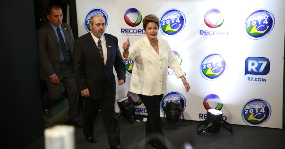 19.out.2014 - A presidente Dilma Rousseff, candidata à reeleição pelo PT, chega aos estúdios da Record, em São Paulo, onde acontecerá o debate do segundo turno dos candidatos à Presidência, neste domingo (19)