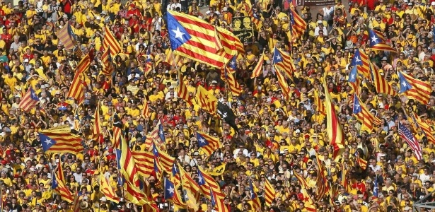 """As bandeiras """"esteladas"""" são símbolo da luta pela independência da Catalunha - Albert Gea/Reuters"""