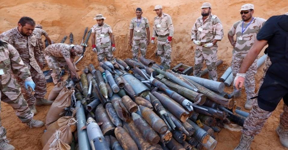 19.out.2014 - Engenheiros militares líbios coletam restos de armamento não-detonados na capital da Líbia, Trípoli