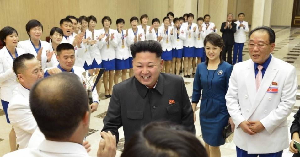 19.out.2014 - O líder norte-coreano, Kim Jong-Un, ofereceu um banquete neste domingo (19) aos atletas de seu país que conquistaram medalhas de ouro nos últimos Jogos Asiáticos. A Coreia do Norte ganhou 11 medalhas de ouro, 11 de prata e 14 de bronze nos Jogos Asiáticos, realizados de 19 de setembro a 4 de outubro. Esse foi o melhor resultado do país desde 1990