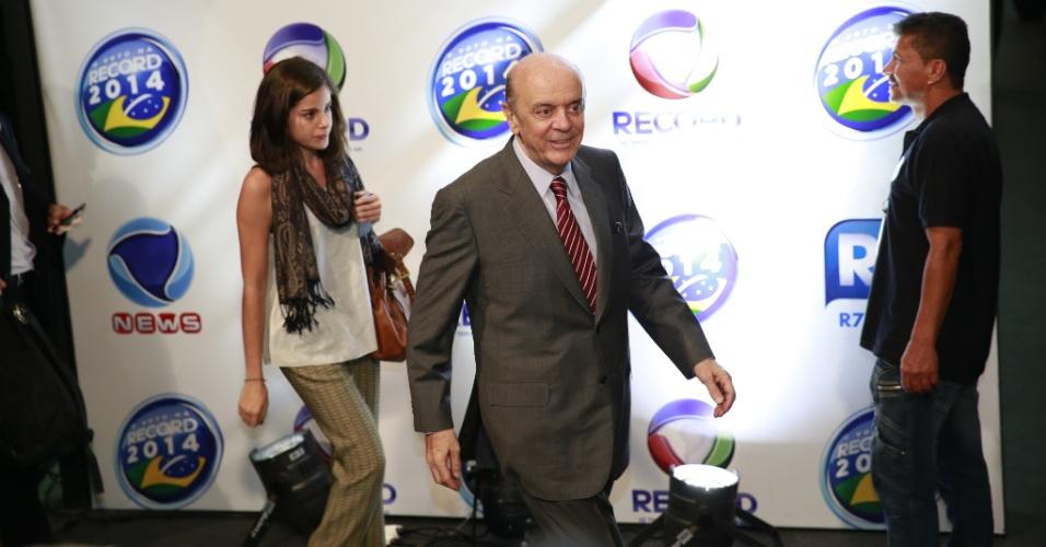 19.out.2014 - O senador eleito por São Paulo, José Serra (PSDB), chega aos estúdios da Record, na capital paulista, onde acontecerá o debate do segundo turno dos candidatos à Presidência, neste domingo (19)