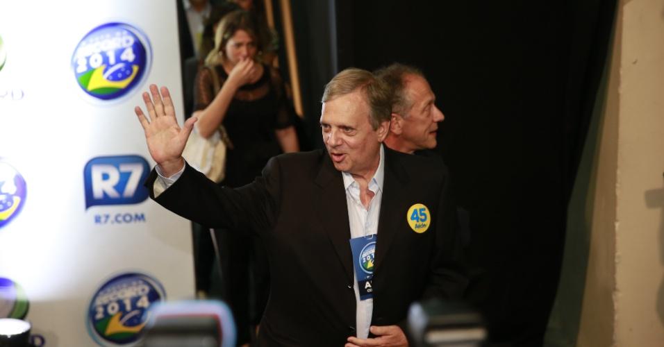 19.out.2014 - O senador eleito Tarso Gereissati (PSDB) chega aos estúdios da Record, em São Paulo, onde acontecerá o debate do segundo turno dos candidatos à Presidência, neste domingo (19)
