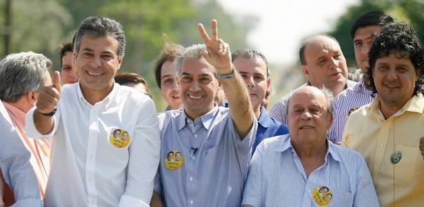 Azambuja faz sinal da vitória ao lado de Beto Richa (PSDB, à esq.), governador reeleito no Paraná, durante carreata em Naviraí