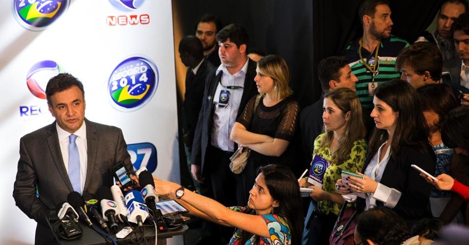 19.out.2014 - Aécio Neves, candidato do PSDB à Presidência da República, dá entrevista após debate promovido pela TV Record, em São Paulo, neste domingo