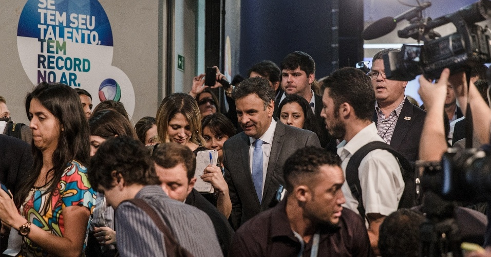 19.out.2014 - Aécio Neves, candidato do PSDB à Presidência da República, deixa estúdio da TV Record após debate neste domingo (19)
