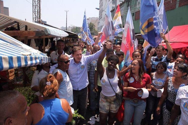 19.out.2014 - Marcelo Crivella, candidato ao governo do Rio de Janeiro pelo PRB, faz caminhada em feira livre na cidade de Duque de Caxias