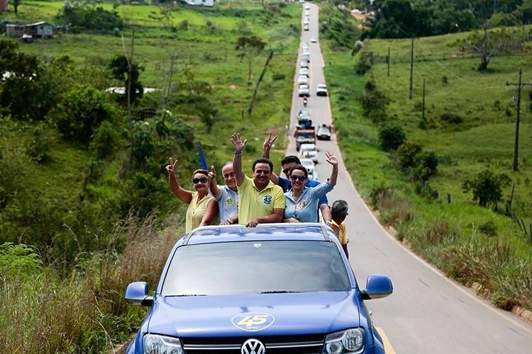 19.out.2014 - O candidato ao governo do Acre pelo PSDB, Marcio Bittar, faz carreata pela cidade de Porto do Acre, localizada à 53 km da capital Rio Branco