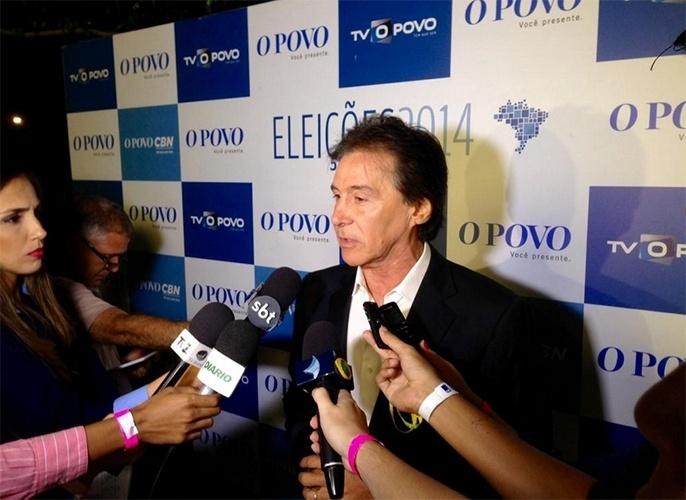 19.out.2014 - O candidato do PMDB, Eunício Oliveira, concede entrevista aos jornalistas após participar de debate organizado pelo grupo de comunicação O Povo