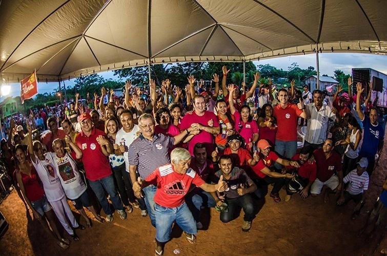 19.out.2014 - O governador do Acre e candidato à reeleição, Tião Viana (PT), realizou ato político na comunidade Transacreana, na capital Rio Branco