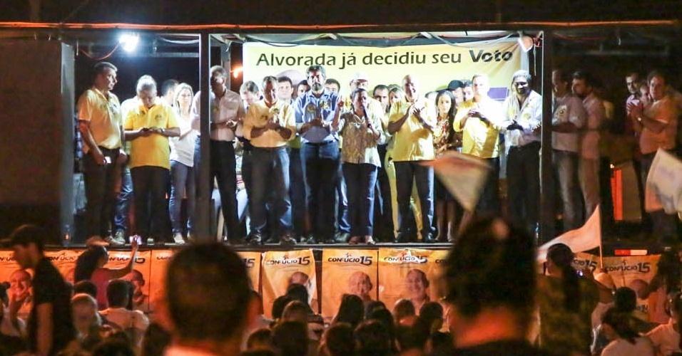 19.out.2014 - O governador e candidato à reeleição pelo PMDB, Confúcio Moura, participa de comício na cidade de Alvorada d'Oeste, localizada à 425 km da capital Porto Velho