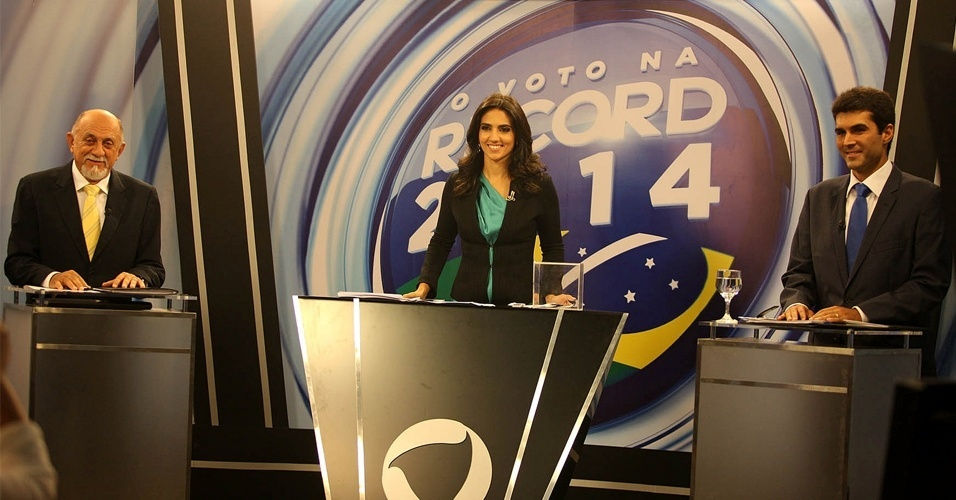 19.out.2014 - O governador e candidato à reeleição pelo PSDB, Simão Jatene (à esquerda), e o candidato pelo PMDB, Helder Barbalho (à direita), participam de debate organizado pela Rede Record, em Belém