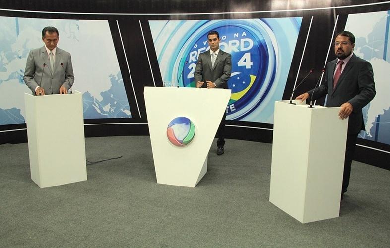 19.out.2014 - Os candidatos ao governo do Amapá pelo PDT, Waldez Góes (esq.), e pelo PSB, Camilo Capiberibe, participam de debate na TV Equinócio, afiliada da Rede Record, em Macapá