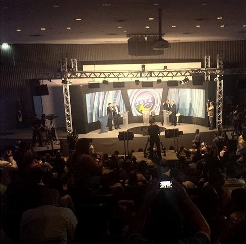 19.out.2014 - Os candidatos Rodrigo Rollemberg (PSB) e Jofran Frejat (PR) conversam com assessores durante debate organizado pela Rede Record