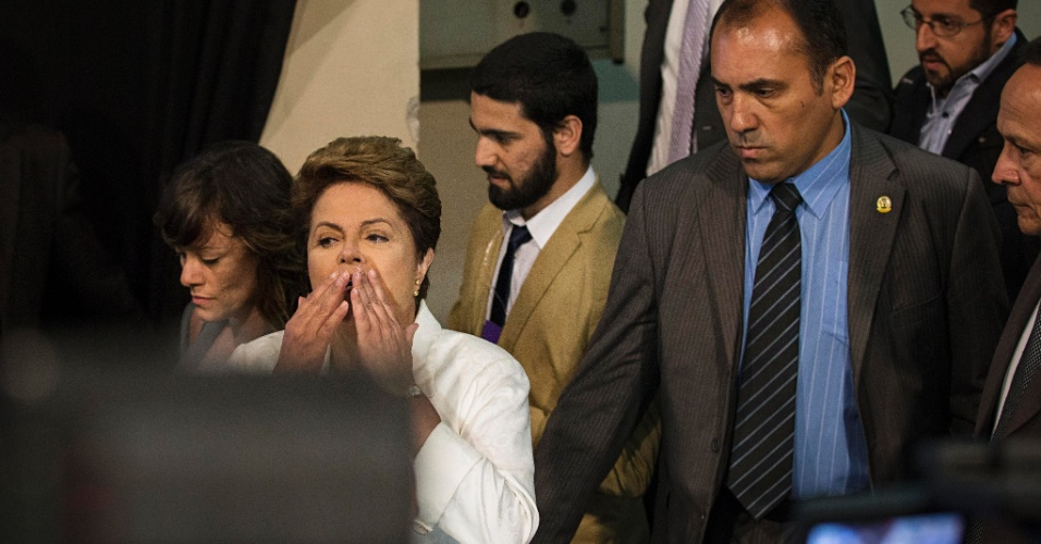 20.out.2014 - A presidente Dilma Rousseff, candidata à reeleição pelo PT, manda beijo ao deixar estúdio da TV Record, após debate com Aécio Neves, candidato do PSDB à Presidência da República, neste domingo (19)