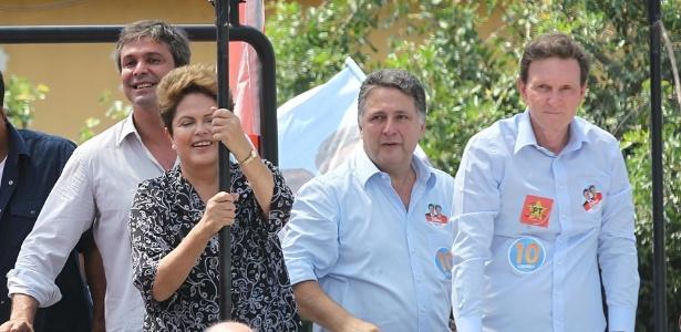 A presidente e candidata à reeleição pelo PT, Dilma Rousseff, faz carreata com o candidato ao governo do Rio pelo PRB, Marcelo Crivella, em Nova Iguaçu, na Baixada Fluminense. A presidente posou, discursou e até abraçou, mas não pediu votos para o candidato. Os candidatos derrotados no primeiro turno, Anthony Garotinho (PR) e Lindinberg Farias (PT), também participaram da carreata