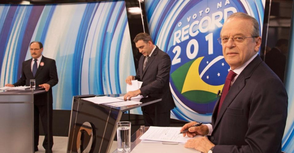 20.out.2014 - Uma semana antes das eleições, os candidatos ao governo do Rio Grande do Sul, Tarso Genro (PT) (à dir.) e José Ivo Sartori (PMDB) (à esq.), participaram de debate promovido pela Rede Record na noite deste domingo (19). De acordo com o levantamento divulgado pelo Datafolha na quinta-feira (16), Sartori tem 60% dos votos válidos, contra 40% do atual governador, Tarso Genro