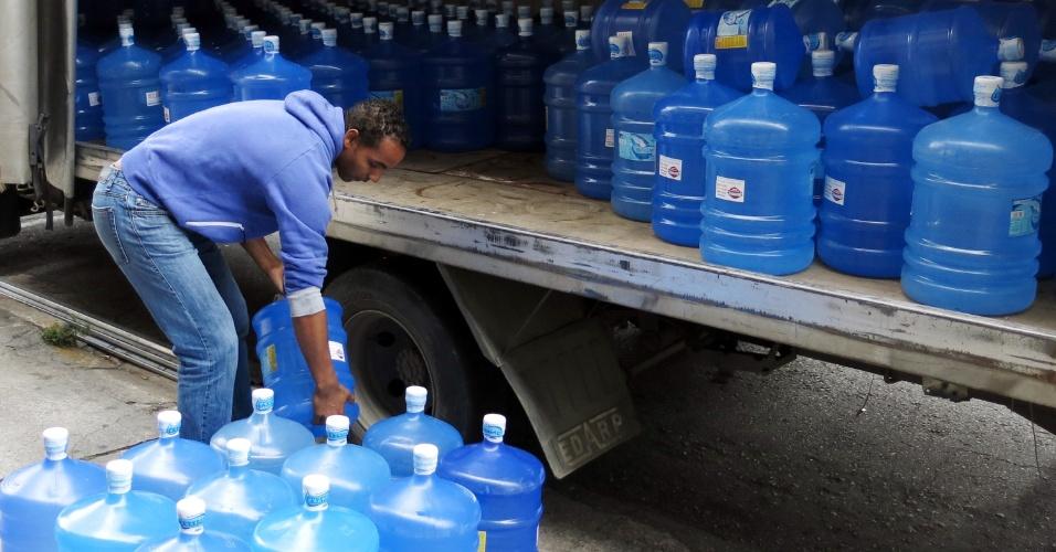 20.out.2014 - Com a falta de água, o setor de água mineral já começa a bater seus recordes de vendas. Segundo os donos da empresa P Binhos Água Mineral e Bebidas, na zona oeste de São Paulo, devido ao grande número de vendas de galões de água para consumo e estoque, as fontes estão com dificuldade de encher seus reservatórios. Dessa forma, os galões não estão sendo repostos e alguns estabelecimentos já aumentaram de 5 a 20% o valor da água. O preço de um galão já varia entre R$ 9,50 a R$ 11,50