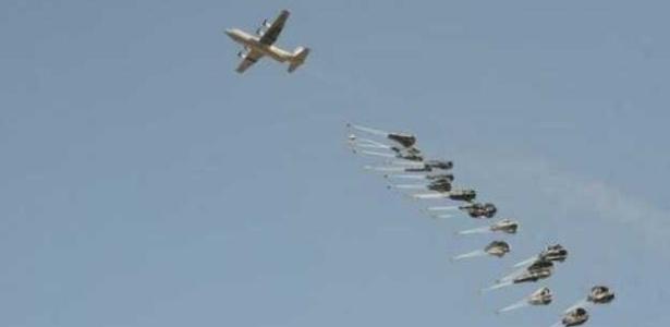 """EUA realizam ataques aéreos para conter avanço de militantes do """"Estado Islâmico"""" na cidade síria de Kobani - BBC"""