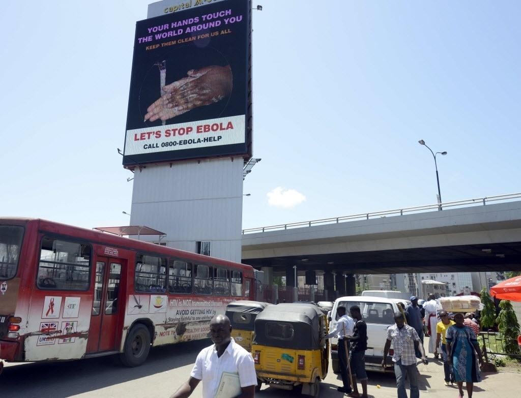 20.out.2014 - Letreiro alerta sobre prevenção contra o ebola em rua de Lagos, na Nigéria. A OMS (Organização Mundial da Saúde) declarou oficialmente a Nigéria livre de ebola, após os 42 dias necessários - dois períodos de incubação - sem nenhum novo caso de contágio confirmado