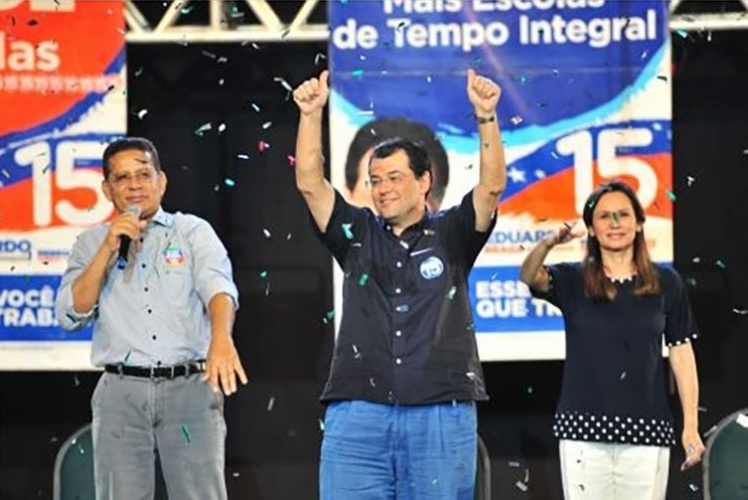 20.out.2014 - O candidato ao governo do Amazonas, Eduardo Braga (PMDB) (ao centro), discursou na noite deste domingo (19) no Studio 5 Centro de Convenções, em Manaus. A primeira pesquisa Ibope com intenções de voto para o segundo turno no governo do Amazonas, divulgada na noite de sexta-feira (17), mostrou um empate técnico entre Braga (PMDB) e seu concorrente José Melo (PROS)