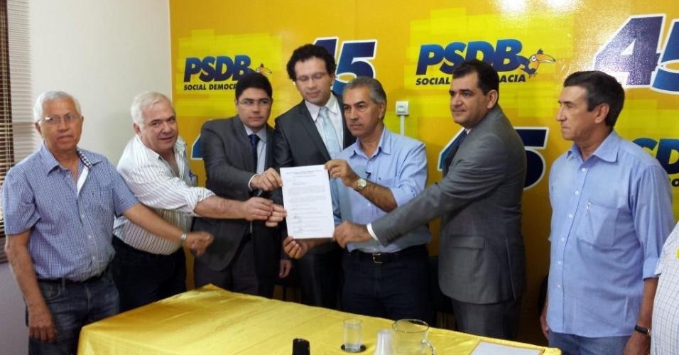 20.out.2014 - O candidato ao governo do Mato Grosso do Sul pelo PSDB, Reinaldo Azambuja, recebeu de eleitores um documento com propostas para um governo transparente e limpo