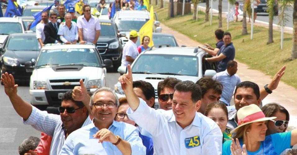 20.out.2014 - O governador de Goiás e candidato à reeleição pelo PSDB, Marconi Perillo, fez carreata pelas ruas de Trindade, em Goiás, neste domingo (19). Perillo aparece na liderança da corrida eleitoral, segundo pesquisa Ibope divulgada nesta quarta-feira (15). Ele aparece com 56% das intenções de voto, contra 44% do seu adversário, Iris Rezende (PMDB)