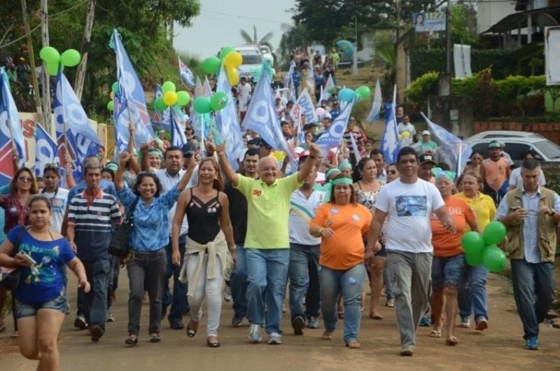 20.out.2014 - O governador e candidato à reeleição José Melo (Pros) (ao centro de camisa verde) cumpriu sua agenda de compromissos de campanha e faz caminhadas em Iranduba e Maués, em Manaus, neste domingo (19)