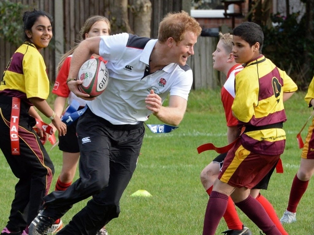 17afad9ec31e3 20.out.2014 - O príncipe britânico Harry brinca com crianças durante um  festival