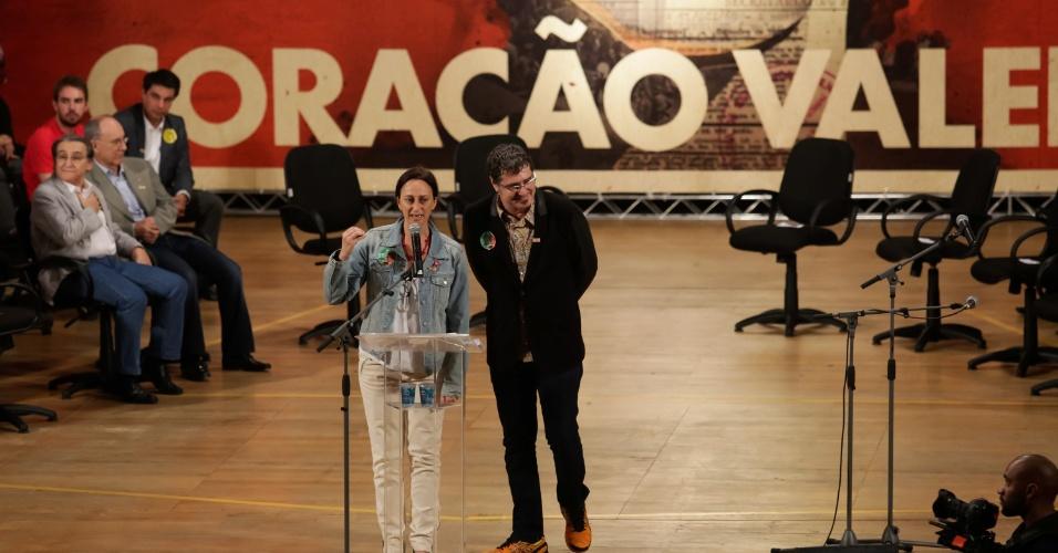 20.out.2014 - Os cineastas Toni Pires e Lais Bodansky manifestam apoio à reeleição de Dilma Rousseff (PT), durante plenária de artistas e intelectuais no Teatro da Universidade Católica de São Paulo