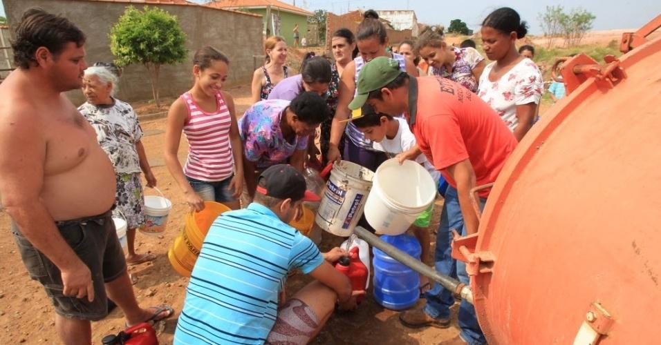 20.out.2014 - Tratador de fazenda distribui água para moradores de Cajuru, no interior de São Paulo, nesta segunda-feira (20). Os moradores da cidade sofrem com a falta de água devido à seca prolongada