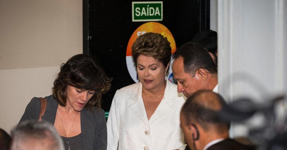 20.out.2014 - A presidente Dilma Rousseff, candidata à reeleição pelo PT, deixa estúdio da TV Record após debate com Aécio Neves, candidato do PSDB à Presidência da República, neste domingo (19)