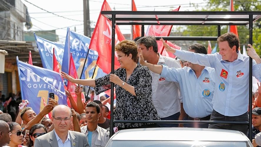 20.out.2014- Marcelo Crivella, candidato ao governo do Rio de Janeiro pelo PRB, participa de carreata ao lado da presidente e candidata à reeleição pelo PT, Dilma Rousseff, em Nova Iguaçu