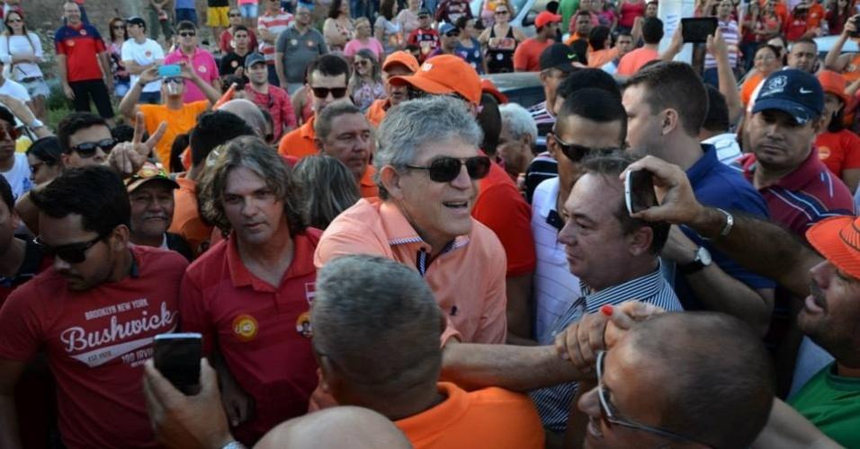 20.out.20154 - O governador e candidato à reeleição Ricardo Coutinho (PSB) (ao centro de óculos escuros) conversou com eleitores durante uma carreata em Campina Grande, na Paraíba, neste sábado (18). A pesquisa Ibope divulgada na noite de sexta-feira (17), mostrou empate técnico no segundo turno. Coutinho aparece com 53% das intenções de votos, contra 47% do senador Cássio Cunha Lima (PSDB)