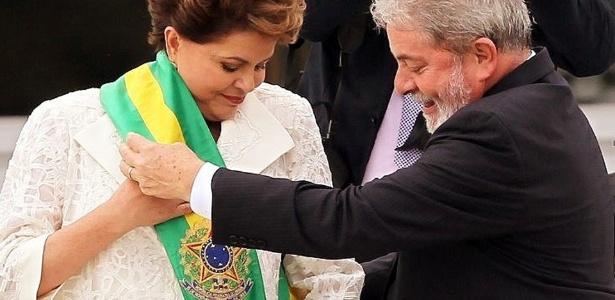 Lula passa a faixa presidencial para sua sucessora, Dilma Rousseff, no dia 1º de janeiro de 2011. Dilma foi eleita a primeira mulher presidente do Brasil, com 55,7 milhões de votos