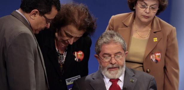 19.out.2006 - Dilma ajuda a orientar o presidente Lula, candidato à reeleição pelo PT, junto com o publicitário João Santana