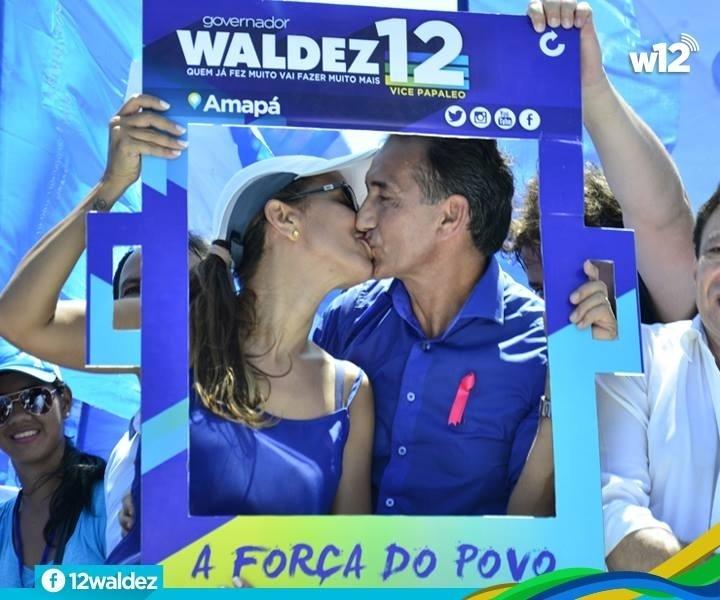 19.out.2014 - O candidato do PDT ao governo do Amapá, Waldez Góes, beijou sua mulher, a deputada estadual Marília Góes, durante passeata de campanha pelas ruas e avenidas do centro de Macapá no sábado (18)